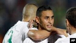 L'Algérien Ghoulam Faouzi, au centre, célébrant un but avec ses coéquipiers lors du match contre l'Afrique du Sud à la CAN 2015, Guinée Equatoriale le 19 janvier 2015 (AP Photo/Themba Hadebe)