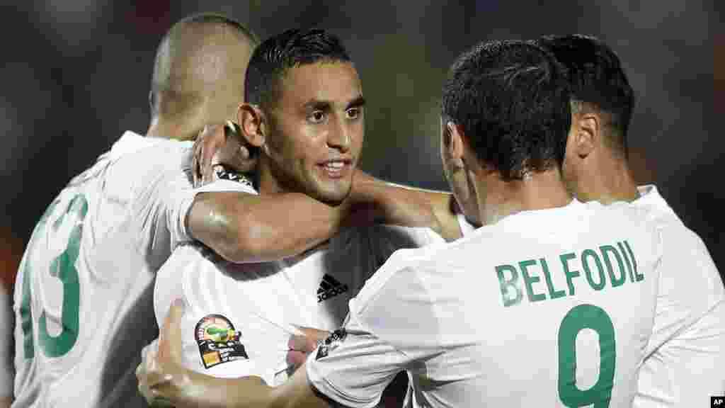 Faouzi Ghoulam de l'Algérie, au centre, célèbre avec ses coéquipiers après avoir marqué un but lors du match de football de la Coupe d'Afrique des Nations Groupe C contre l'Afrique du Sud à Mongomo, la Guinée équatoriale, lundi 19 janvier 2015.
