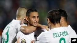 L'Algérien Faouzi Ghoulam, au centre, est félicité par ses coéquipiers pour avoir marqué à but, lors d'un match de la CAN, le 19 janvier 2015.