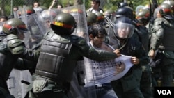 Los soldados arrestan a un estudiante frente a la Universidad Central de Venezuela.