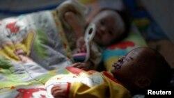 지난 2011년 북한 황해남도 해주의 한 병원에 영양실조로 입원한 어린이들.