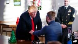 川普總統在沃爾特·里德國家軍醫中心訪問受傷軍人和他們的家屬。