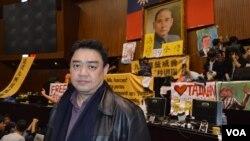 """吾尔开希2014年3月21日凌晨在台湾立法院""""太阳花抗议活动""""现场 (美国之音申华拍摄)"""