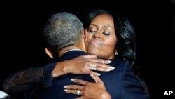 ស្រ្តីទី១ Michelle Obama ឱបលោកប្រធានាធិបតីបារ៉ាក់ អូបាម៉ាបន្ទាប់សុន្ទរកថាចុងក្រោយរបស់លោកនៅមជ្ឈមណ្ឌល McCormick Place ក្នុងក្រុង Chicago កាលពីថ្ងៃទី១០ ខែមករា ឆ្នាំ២០១៧។
