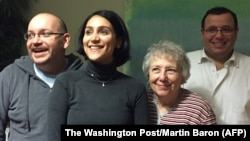 Foto yang dirilis oleh Washington Post ini menunjukkan foto mantan tahanan Iran, Jason Rezaian (kiri) bersama keluarganya (istrinya, Yeganeh Salehi (nomer dua dari kiri), ibunya Mary Rezaian, dan saudara laki-lakinya Ali Rezaian) setelah dibebaskan dari penjara (16/1).