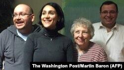 Foto proporcionada por el Washington Post de Jason Rezaian (izquierda) junto a su esposa, madre y hermano reunidos en Alemania.
