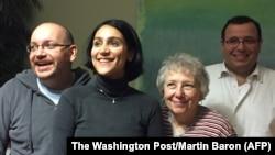Cựu tù nhân Iran Jason Rezaian (trái) chụp ảnh cùng gia đình của mình ngay sau khi được phóng thích.