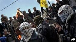 Anggota Brigade Martir Al-Aqsa menghadiri pemakaman Maysara Abu Hamdiyeh di Hebron, Tepi Barat (4/4). Dewan Shura Mujahiddin mengatakan mereka telah melancarkan beberapa tembakan roket ke Israel selatan sejak Selasa lalu.