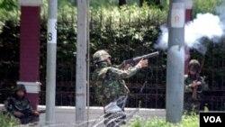 Perunding pemerintah Korbsak Sabhavasu berjanji tentara tidak akan menembak jika para demonstran kembali ke perkemahan mereka di Bangkok.