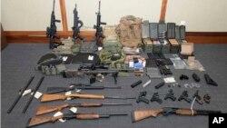 Foto yang disediakan oleh Pengadilan Distrik di Maryland menunjukkan koleksi senjata api dan amunisi yang dipamerkan sebelum diajukan ke depan pengadilan dalam kaus Christopher Paul Hasson (foto: Pengadilan Distrik AS via AP)