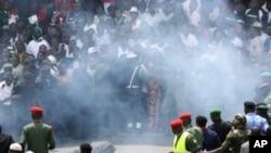 """Wani sojon Nijeriya a kwance kasa bayan da aka ji tashin wani bam a tsakiyar masu murnar zagayowar ranar samin yancin Nijeriya karo na 50 a dandalin """"Eagle Square"""" da ke Abujan Nijeriya ran 1, Oktoba 2010."""