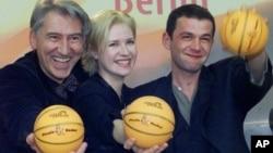 """Nebojša Glogovac (desno), uz glumicu Anu Sofrenović i nedavno preminulog glumca Ljubišu Samardžića (lijevo) tokom promocije filma """"Nebeska udica"""" na filmskom festivalu u Berlinu, 2000. godine."""