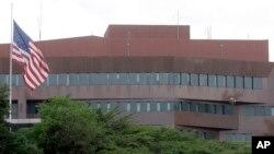 Archivo - En esta foto del 12 de septiembre de 2008 se ve la embajada de EE.UU. en Caracas, Venezuela.