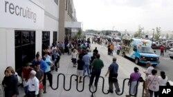 美國待僱人員在一個僱佣中心。