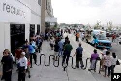 지난 8월 미국 뉴저지주 로빈스빌의 아마존 구인센터에 구직자들이 줄 서 있다.
