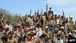 Binh sĩ Yemen và dân bộ tộc sau một cuộc giao tranh với nhóm nổi dậy Houthi