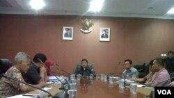 Ketua Bawaslu Muhammad menerima perwakilan penggiat toleransi kebegaragaman di Gedung Bawaslu, Jakarta, 13 Januari 2014 (VOA/Andylala)