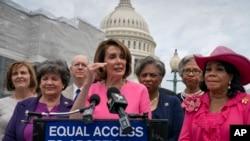 La présidente de la Chambre des représentants, Nancy Pelosi, au podium, accompagnée de la représentante Lois Frankel, Caucus Pro-Choice lors d'une conférence de presse sur Roe vs. Wade et les droits des femmes au Capitol à Washington, le jeudi 23 mai 2019. AP Pho Scott Applewhite
