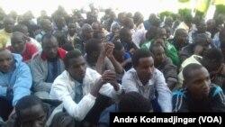 Les immigrés tchadiens attendent à l'aéroport (André Kodmadjingar/VOA).