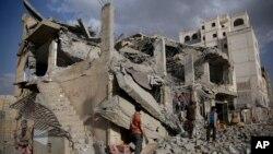 지난 1월 사우디 주도 연합군이 예멘 사나를 공습한 후 무너진 건물터. (자료사진)