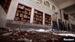 Suasana masjid di Sana'a, Yaman usai serangan bom bunuh diri hari Jumat (20/3).