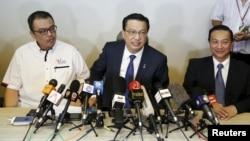 ລັດຖະມົນຕີຂົນສົ່ງ ທ່ານ Liow Tiong Lai (ກາງ) ກ່າວຢູ່ ກອງປະຊຸມນັກຂ່າວ ກ່ຽວກັບ ຖ້ຽວບິນ MH370 ທີ່ຫາຍສາບສູນ ຢູ່ນະຄອນ Kuala Lumpur.