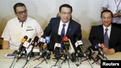 3일 말레이시아 수도 쿠알라룸푸르에서 리우 티옹 라이 말레이시아 교통부 장관(가운데)이 실종된 여객기 MH370 잔해로 추정되는 물체를 발견한 것과 관련해 기자회견을 하고 있다.