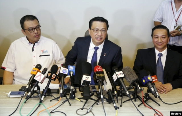FILE - Malaysia's transport minister Liow Tiong Lai(C) speaks at a news conference about debris found on a beach in Mozambique that may be from missing Malaysia Airlines flight MH370, in Kuala Lumpur, Malaysia, March 3, 2016.