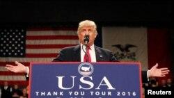 """2016年12月8日,唐纳德·川普在美国爱奥华州德梅因举行的""""美国感谢你""""集会上讲话。"""