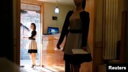지난해 3월 중국 베이징 북한 대사관 인근에 위치한 북한 식당에서 종업원들이 영업을 준비하고 있다.