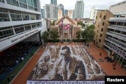 Khoảng 1.250 sinh viên xếp hình cố Quốc vương Bhumibol Adulyadej để vinh danh ông.