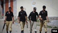 Anggota pasukan anti teror Pakistan melakukan patroli di Abbottabad (foto: dok). Akademi militer Pakistan di kota ini diserang roket oleh orang-orang tak dikenal.
