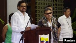Revolutionary Armed Forces of Colombia (FARC) lead negotiator Ivan Marquez (L) reads from a document, next to fellow negotiator Jesus Santrich (C) during a conference in Havana, Cuba, Aug. 22, 2014.