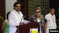 Negosiator utama Angkatan Bersenjata Revolusioner Kolombia (FARC) Ivan Marquez (kiri) dalam konferensi di Havana, Kuba, Agustus 2014.