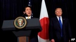 El Presidente Donald Trump y el Primer Ministro japonés Shinzo Abe hacen declaraciones sobre Corea del Norte en Mar-a-Lago en Palm Beach, Florida.