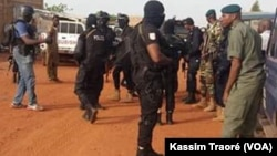 Sur le lieu de l'attentat, le campement Kangaba, au Mali, le 18 juin 2017. (VOA/Kassim Traoré)