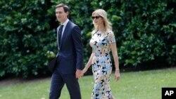 美国总统川普的女儿伊万卡和女婿库什纳准备乘坐海军陆战队一号直升机(2017年5月19日)