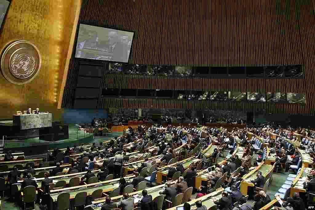 Đại sứ Syria tại Liên Hiệp Quốc Bashar Ja'afari xuất hiện trên màn ảnh lớn khi phát biểu tại Đại Hội Đồng, ngày 16 tháng 2 năm 2012. (AP/UN)