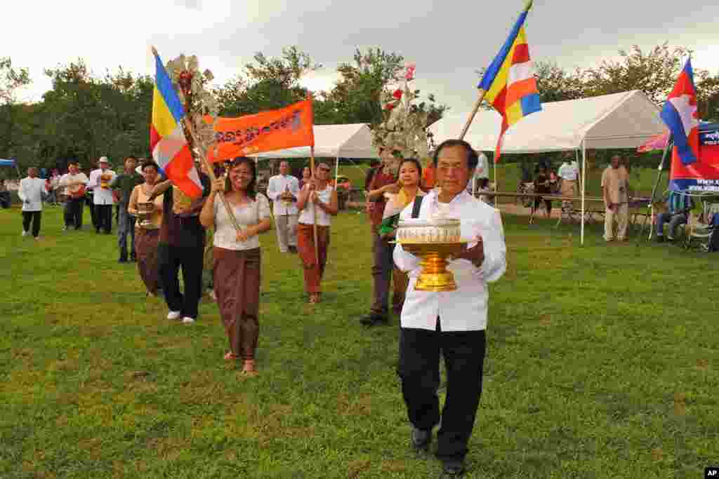 Organizers perform a procession of Bon Phka (បុណ្យ​ផ្កា), a Cambodian Buddhist fund-raising ceremony during the Cambodian Community Day 2010.