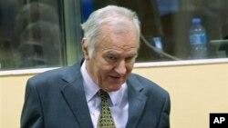 Mantan pemimpin militer Serbia Jendral Ratko Mladic hadir dalam pengadilan militer di Den Haag, Belanda (16/5).