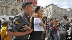 Задержание участников несанкционированного пикета ЛГБТ-движения в Москве