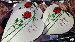ກັບເຂົ້າໜົມໂຊໂຄແລັດ ທີ່ຜູ້ຄົນມັກຊື້ໃຫ້ກັນເປັນຂອງຂວັນ ໃນວັນ Valentine (AP Photo/Elise Amendola)