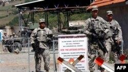 Американские солдаты из состава международных сил на границе Косово и Сербии.