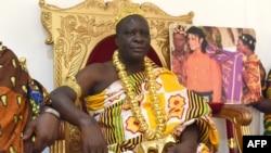 Le roi Amon N'Douffou V, roi de Krindjabo, capitale du royaume de Sanwi, dans le sud-est de la Côte d'Ivoire, en 1992.
