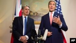 美国国务卿约翰·克里(右)在于英国国防大臣菲利普·哈蒙德的新闻发布会上回答了关于叙利亚内战的问题(2015年9月19日)。
