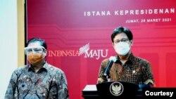 Menko Perekonomian Airlangga Hartarto (kiri) dan Menteri Kesehatan Budi Gunadi Sadikin (kanan) dalam telekonferensi pers di Istana Kepresidenan, Jakarta, Jumat (26/3). (Foto: Biro Setpres)