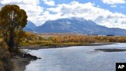 在蒙大拿州埃米格兰特附近的天堂谷和黄石河边,可以看到埃米格兰特峰。(2018年10月8日)