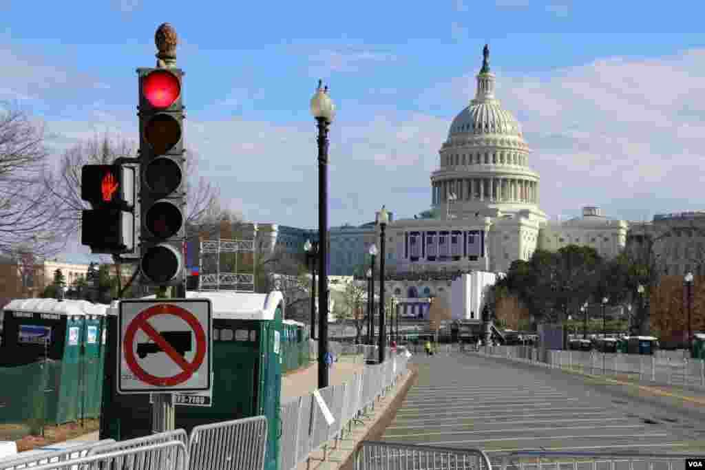 انتهای دو خیابان استقلال و قانون اساسی در شهر واشنگتن، به محل کنگره آمریکا می رسد.