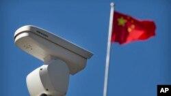 8일 중국 베이징의 교차로에 세계 최대 폐쇄회로(CC)TV 업체인 하이크 비전의 감시카메라가 설치돼 있다.