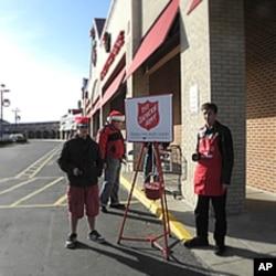 救世军在商店前摇铃募捐